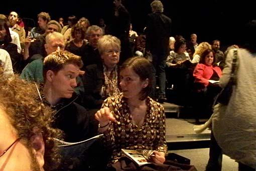 Público espera a peça começar