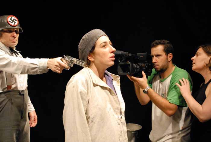 Gravação de '121.023 J', no Teatro Para Alguém. A câmera é o olho do público, na internet. Um novo conceito de presença. Foto: Nelson Kao/Divulgação