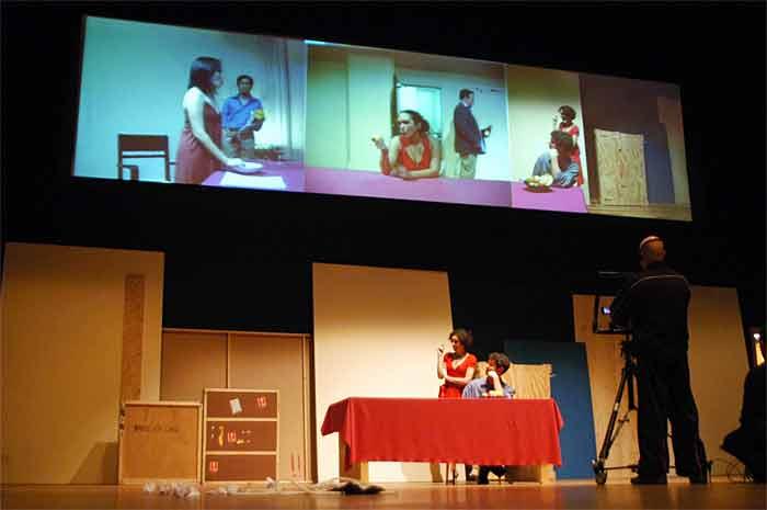 Três cenas em três palcos espalhados pelo mundo, ligados pela internet. Exemplo de teatro digital na 'Play On Earth', da Phila 7 e Station House Opera, 2008. Crédito: Marcelo de Souza/Divulgação